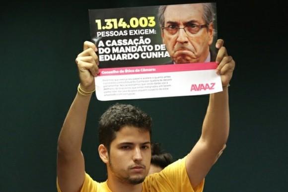 """Un manifestante enarbola un letrero en el que se lee """"un millón 314 mil 3 personas necesitan la anulación del mandato de Eduardo Cunha"""". (Foto: Ap)"""