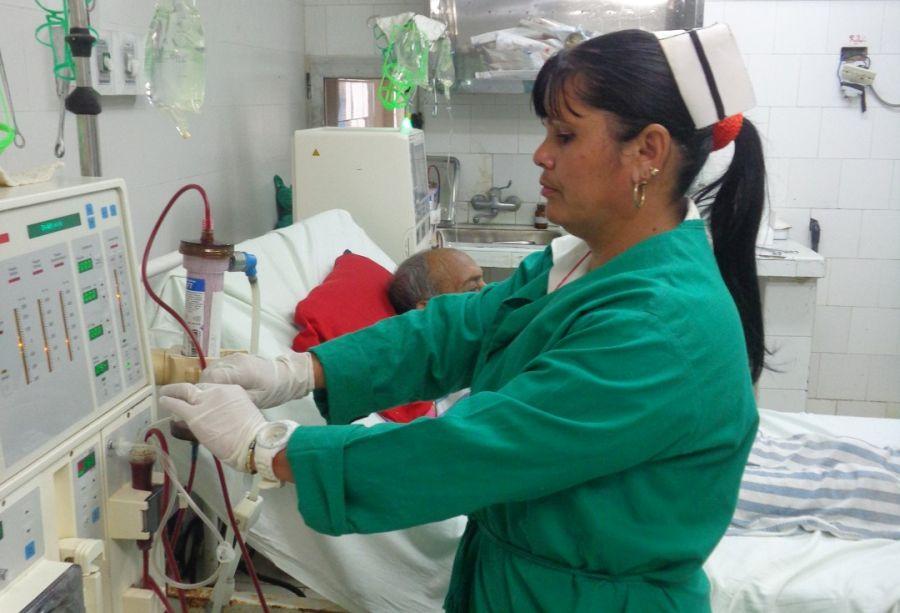 Cada semana decenas de pacientes acuden al tratamiento de hemodiálisis en la provincia. (Foto: Elisdany López Ceballos)