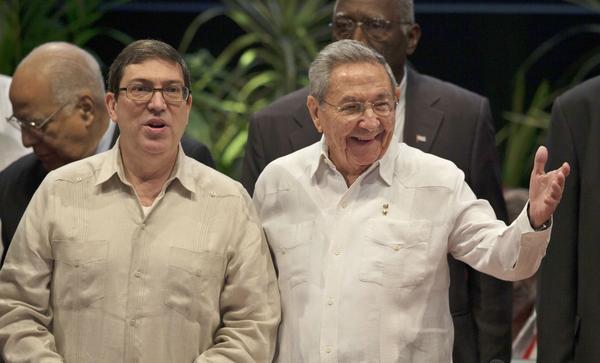 El General de Ejército Raúl Castro Ruz (D), Primer Secretario del Comité Central del Partido Comunista de Cuba y Presidente de los Consejos de Estado y de Ministros, junto a Bruno Rodríguez Parrilla, ministro cubano de Relaciones Exteriores, en la VII Cumbre de Jefes de Estado y/o Gobierno de la AEC, en el Palacio de la Revolución, en La Habana, el 4 de junio de 2016. ACN FOTO POOL/Ismael Francisco GONZÁLEZ/Cubadebate/sdl