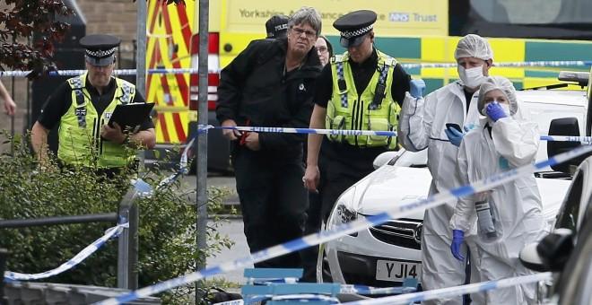 La policía y forenses detrás de un cordón en el punto donde fue atacada la diputada laborista Jo Cox. (Foto: Craig Brough/ Reuters)