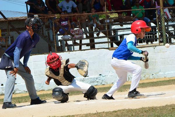 Juego entre los equipos de Sancti Spíritus (azul y blanco) y Ciego de Ávila  en el desarrollo del Campeonato Regional de Béisbol, categoría 9-10 años. (Foto ACN)