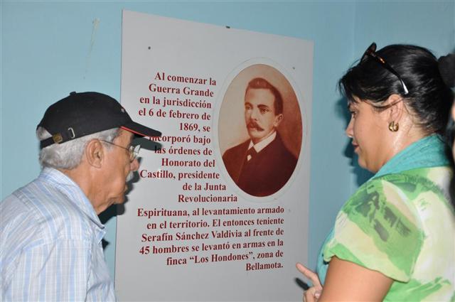 El combatiente recorrió el Museo Casa Natal de Serafín Sánchez. (Foto: Vicente Brito/ Escambray)