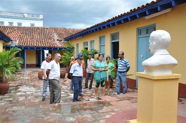 El expedicionario del Granma se interesó por la vida y obra de Serafín Sánchez, de quien este año se cumplen los aniversarios 170 de su nacimiento y 120 de su caída en combate. (Foto: Vicente Brito/ Escambray)