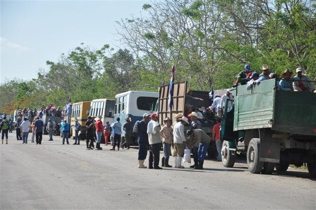 La enorme caravana de medios de transporte asombró a los propios movilizados y a los viajeros que transitaban por la autopista. (Foto: Vicente Brito/ Escambray)