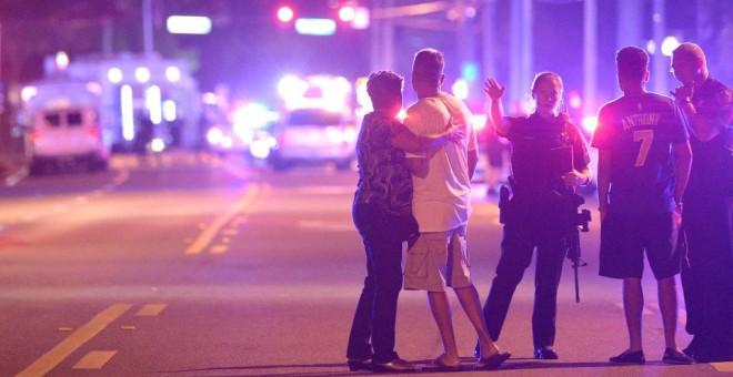Imagen de los alrededores del local donde un hombre ha matado a 50 personas en Orlando (Foto: AP)