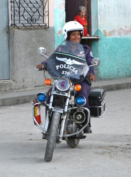 Lesyani Berroa Hernández es actualmente la única mujer de la provincia de Sancti Spíritus que labora como patrullera. (Foto ACN)