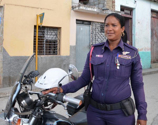 Con 23 años, Lesyani Berroa Hernández es la única mujer de la provincia de Sancti Spíritus que se desempeña como patrullera. (Foto ACN)