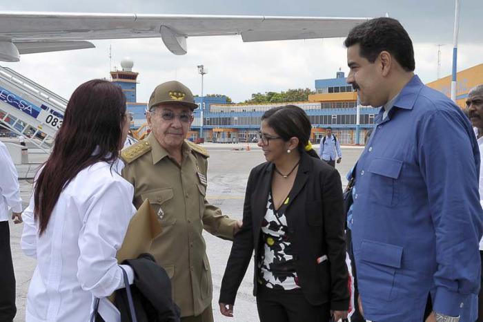 """Raúl despidió a Maduro en el aeropuerto """"José Martí"""". (Foto: Estudios Revolución)"""