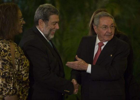 Raúl dió la bienvenida a los visitantes en el capitalino Palacio de la Revolución. (Foto Ismael Francisco / Cubadebate)