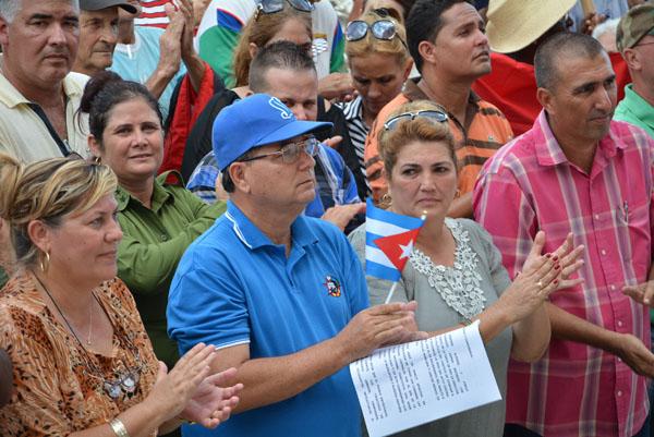 Al merecer la sede del Acto Nacional por el Día de la Rebeldía Nacional, los espirituanos se reunieron junto a sus máximas autoridades. (Fotos: Oscar Alfonso / ACN)
