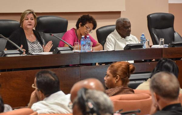 Esteban Lazo y Mary Blanca Ortega, Ministra de Comercio Interior, asistieron a los debates de la Comisión de Atención a los Servicios. (Foto ACN)
