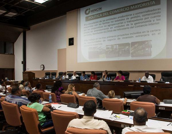 Diputados en la Comisión de Atención a los Servicios. (Foto ACN)