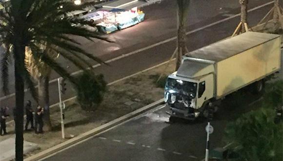 Imagen del camión que chocó contra la multitud. (Foto tomada de Twitter)