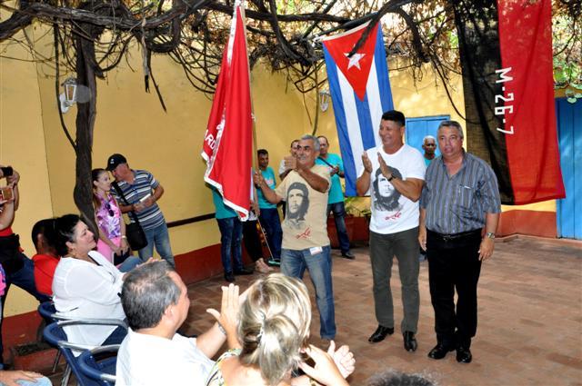 Ulises Guilarte entregó la bandera de Vanguardia Nacional a la Sucursal Artex Sancti Spíritus, radicada en Trinidad. (Foto: Vicente Brito / Escambray)