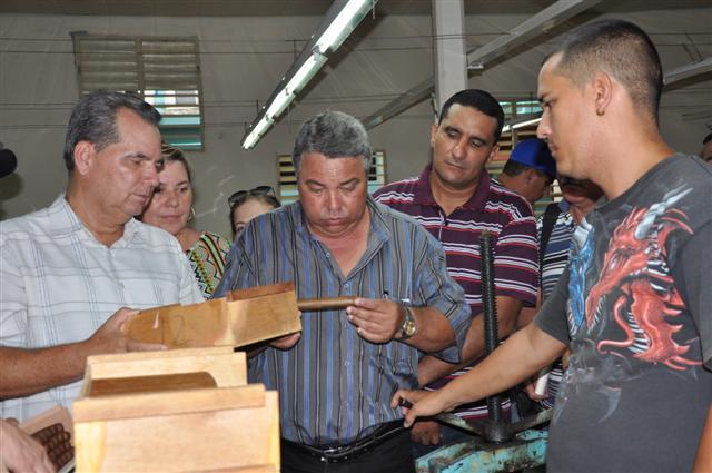 En las industrias de torcido de tabaco el dirigente obrero se interesó por la calidad del proceso productivo. (Foto: Vicente Brito / Escambray)