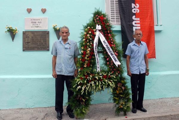 Miembros de la Asociación de Combatientes de la Revolución Cubana depositaron una ofrenda floral a nombre del Pueblo de Cuba,  en el lugar donde fue asesinado Frank País García. (Foto: ACN)