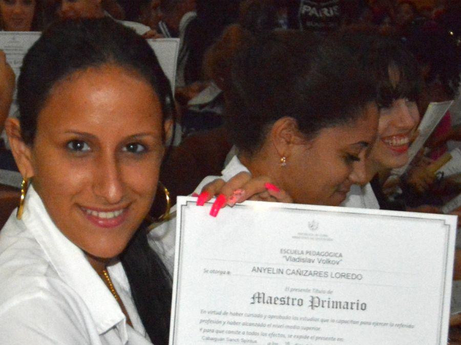 La ceremonia incluyó la entrega de reconocimientos a los graduados más integrales. (Foto: Oscar Alfonso/ ACN)