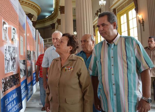 """Teté Puebla y José Ramón Monteagudo recorren la exposición """"Historia del PCC"""", abierta al público en Sancti Spírius. (Fotos: ACN)"""