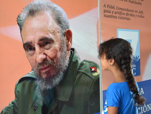 """Múltiples imágenes de Fidel matizan la exposición """"Historia del Partido Comunista de Cuba""""."""