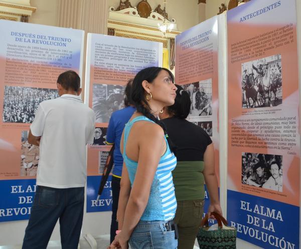 """El público asiste a la exposición """"Historia del Partido Comunista de Cuba"""", en la Biblioteca Provincial Rubén Martínez Villena."""