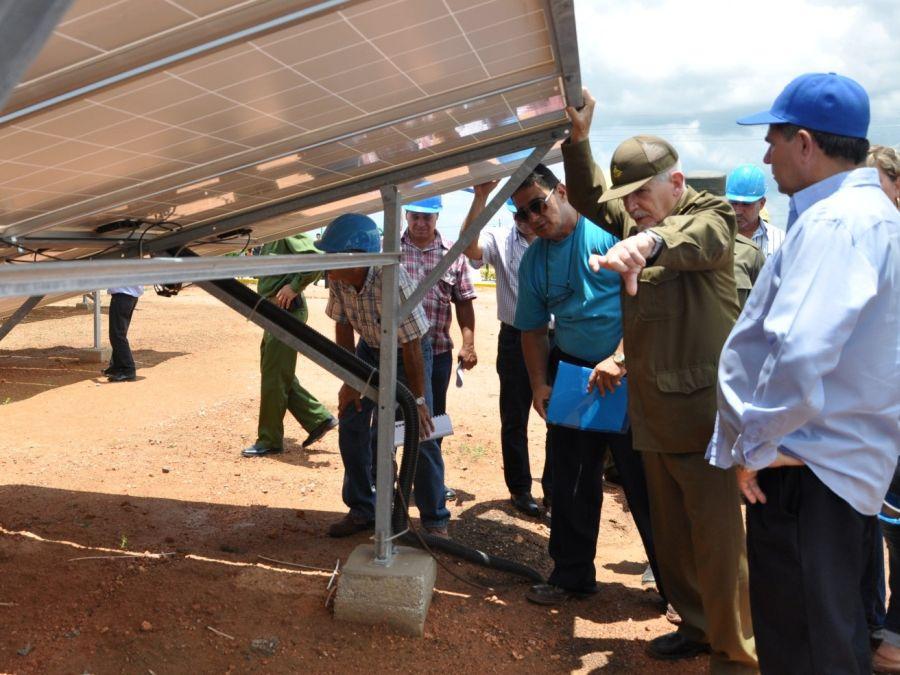 Ramiro se interesó por el aseguramiento de los paneles para soportar vientos extremos. (Foto: Vicente Brito/ Escambray)