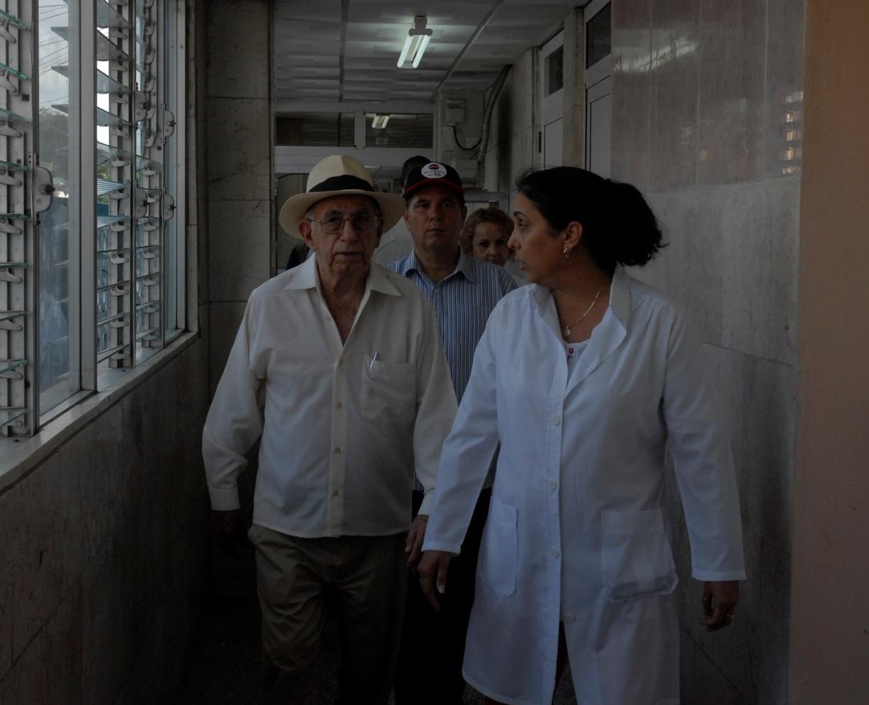 El vicepresidente de los Consejos de Estado y de Ministros se interesa por la calidad de los servicios en el Hospital Pediátrico de Sancti Spíritus. (Foto: Juan A. Borrego)