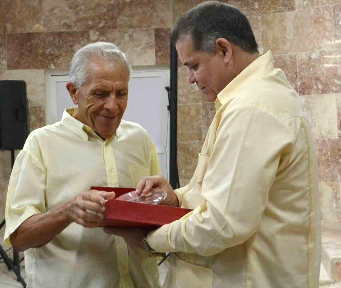 El director del hospital entrega a Joaquín Bernal Camero la distinción Al servicio de la vida. (Foto: Oscar Alfonso)
