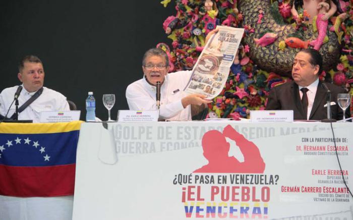 De izquierda a derecha Germán Carrero, vocero del Comité de Víctimas de las Guarimbas; Earle Herrera, diputado, y Hermann Escarrá, abogado constitucionalista. (Foto: Yaimí Ravelo / Granma)