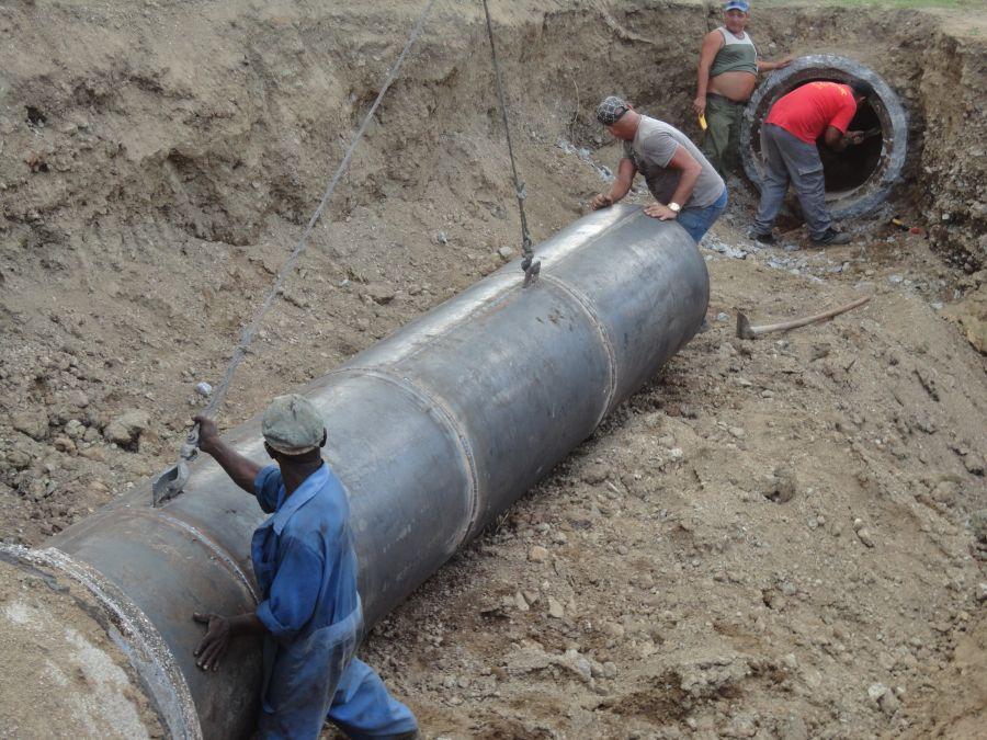 Fuerzas de apoyo de La Habana laboran en la construcción de unos 2 kilómetros de la conductora principal de Cabaiguán. (Foto cortesía Empresa Provincial de Acueducto)