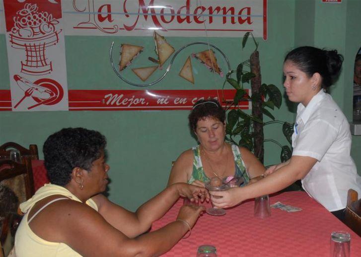 Casi todas las cafeterías de la provincia trabajan bajo el sistema de arrendamiento. (Foto Vicente Brito / Escambray)
