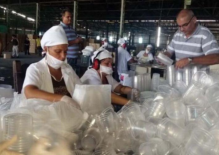 La fábrica espirituana puede producir 120 000 vasos y 75 000 cubiertos en cada turno de labor. (Foto: Freddy Pérez Cabrera)