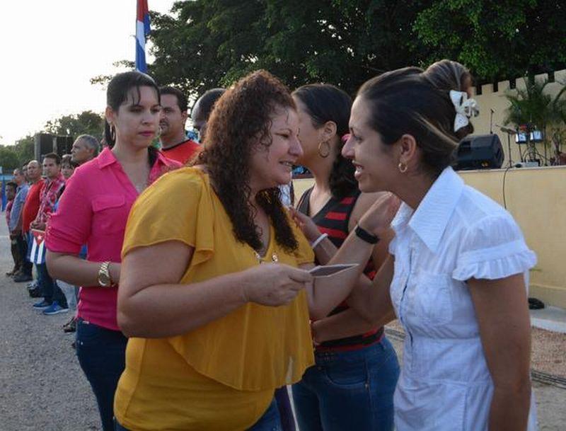 Damaris Báez, primera secretaria del Partido en Fomento entregó el carné a un grupo de hombres y mujeres que entran a la esa organización. (Foto: Oscar Alfonso/ ACN)