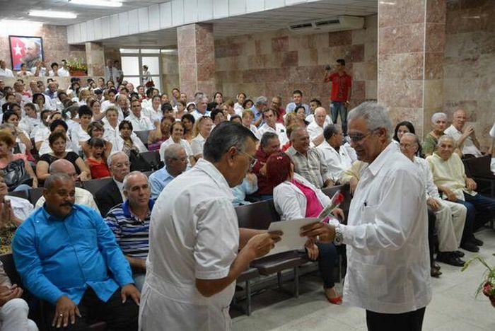 Ceremonia de reconocimiento a fundadores, aún activos, del Hospital Provincial Clínico Quirúrgico Docente Camilo Cienfuegos. (Foto: Oscar Alfonso/ ACN)