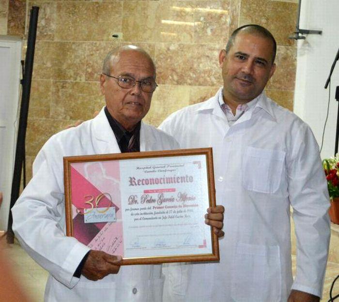 El Dr. Pedro García Alfonso, primer director del Hospital Provincial Clínico Quirúrgico Docennte, recibió un reconocimiento especial como parte de las actividades por el 30 aniversario de la institución. (Foto: Oscar Alfonso/ ACN)