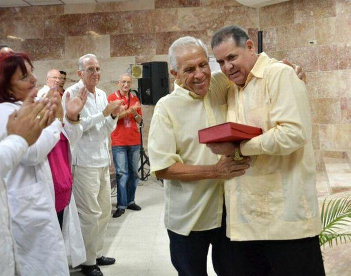 El Dr. Manuel Rivero Abella entregó la Distinción Al Servicio de la Vida, con Carácter Extraordinario, a Joaquín Bernal Camero. (Foto: Oscar Alfonso/ ACN)