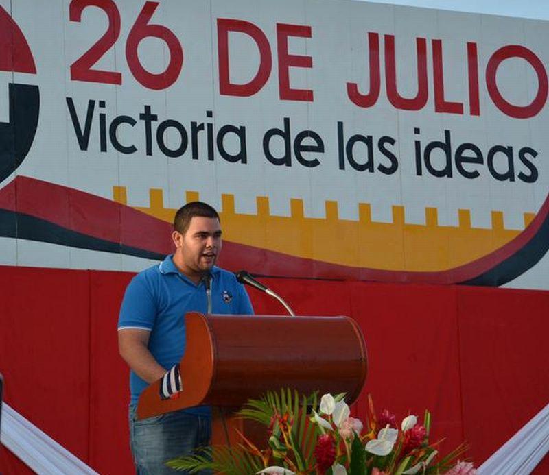 Javiel Fernández, en nombre de la juventud fomentense, ratificó la decisión de seguir apoyando incondicionalmente a la Revolución cubana. (Foto: Oscar Alfonso/ ACN)