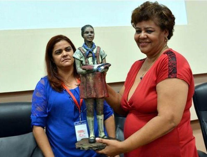 La figura de una pionera de la etapa Moncadista, reconocimiento para Fidel Castro de los pioneros cubanos. (Foto: ACN)