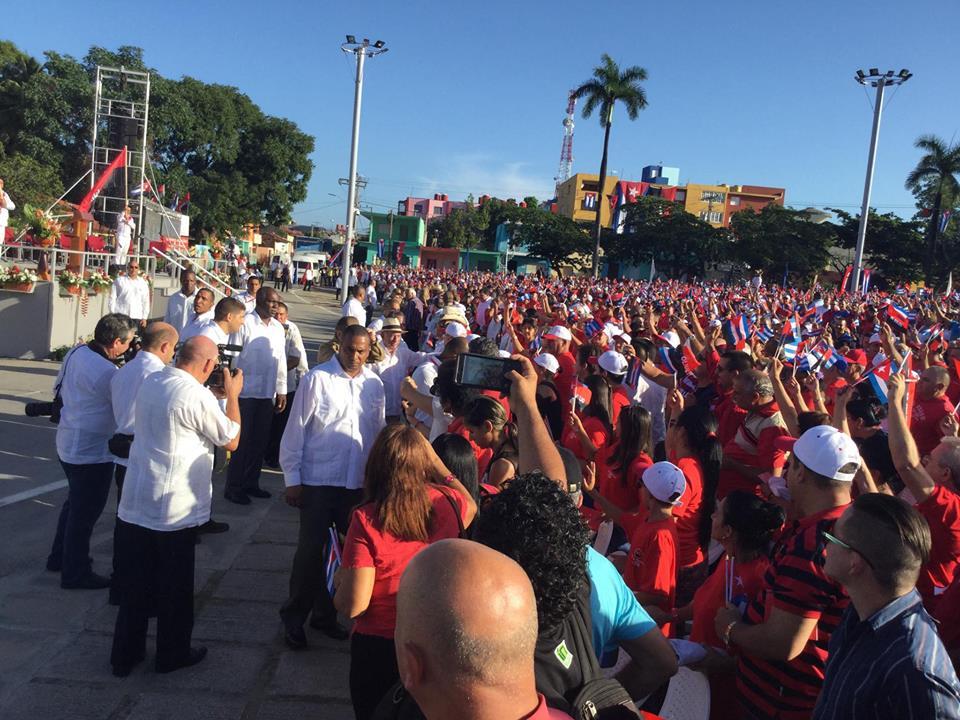 Raúl Castro Ruz saluda a los espirituanos al concluir el acto en la Plaza de la Revolución Mayor General Serafín Sánchez Valdivia. (Foto: Marlys Rodríguez/ Escambray)
