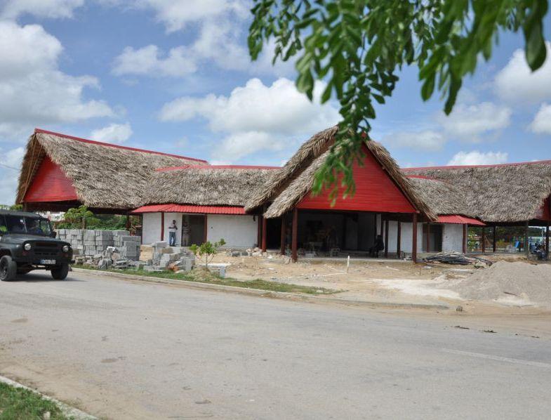 Los ranchones que se erigen en las inmediaciones de la Plaza Cultural de Los Olivos están casi listos. (Foto: Vicente Brito/ Escambray)