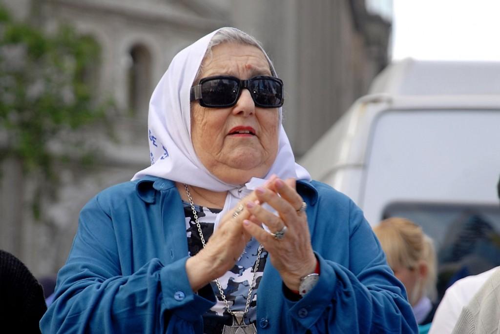 Hebe de Bonafini, titular de Madres de Plaza de Mayo, enfrenta una orden de captura, que ha generado una ola de rechazo.