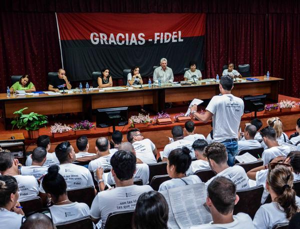 Díaz-Canel elogió por sabias y muy maduras las propuestas de los estudiasntes universitarios. (Foto: ACN)