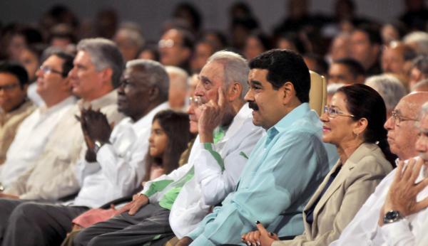 Fidel asistió a la gala cultural por su cumpleaños 90, en compañía de Raúl Castro y Nicolás Maduro. (Foto: ACN)