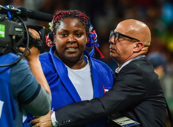 La cubana Idalys Ortiz, junto a su entrenador Armando Padrón, después de lograr la presea de plata en la división de más de 78 kgs., en Río 2016. (Foto: ACN)