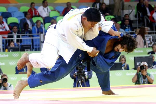 Asley González (azul) cedió en su tercer combate y quedó fuera del podio. (Foto: ACN)