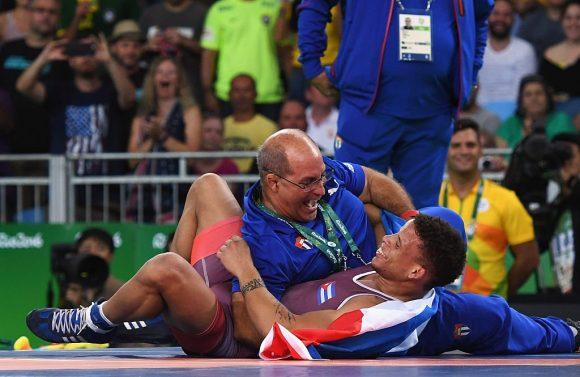 Borrero y su entrenador celebran el triunfo.