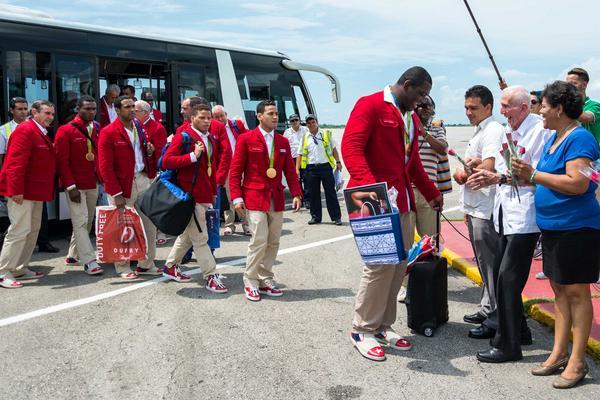 Mijaín López, tricampeón olímpico en lucha grecorromana, es recibido a su arribo a la patria por José Ramón Fernández Álvarez, Presidente del Comité Olímpico Cubano, y Olga Lidia Tapia Iglesias, miembro del Secretariado del Comité Central del Partido Comunista de Cuba. (Foto: ACN)