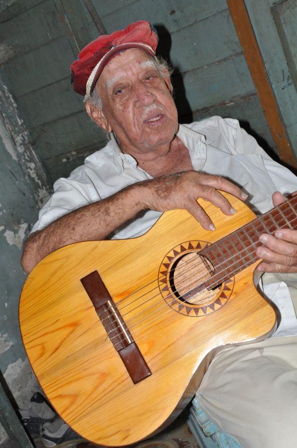 """""""Por ahí muchos tocan guitarra, son famosos y lo que hacen no sirve""""."""