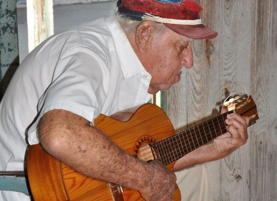 Con 92 años, Eduardo Martín aún sueña con la música. (Fotos: Vicente Brito / Escambray)