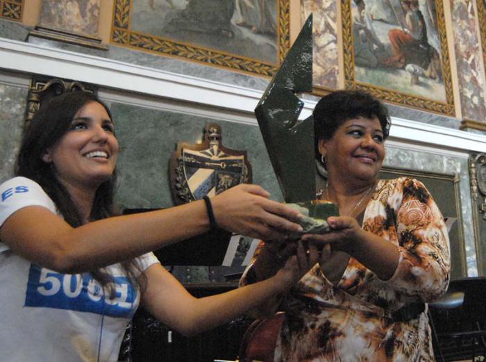 Olga Lidia Tapia (derecha), miembro del Secretariado del Comité Central del Partido, recibió la obra Eterno Invencible, Escultor de pueblos, para ser enviada al líder de la Revolución. (Foto: Anabel Díaz)