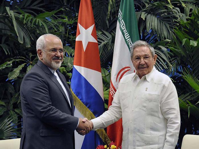 Raúl y el canciller iraní intercambiaron sobre el muy positivo estado de las relaciones bilaterales. (Foto: Estudios Revolución)